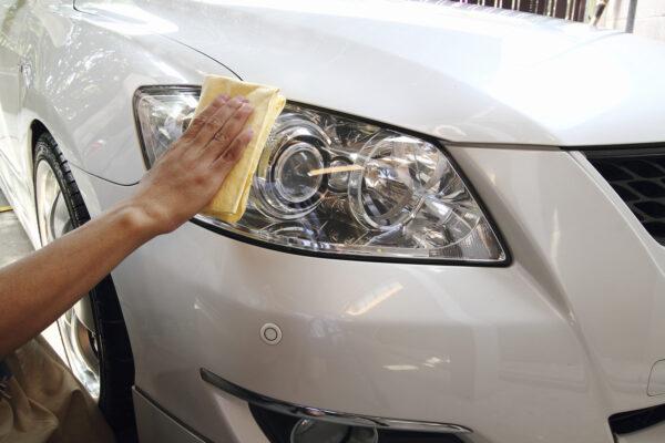 Hand a wipe microfiber the white car polishing